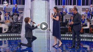 La Corrida: Davide Cotevino e Flora Martra cantano Hallelujah di Jeff Buckley. Poi lui si inginocchia e...