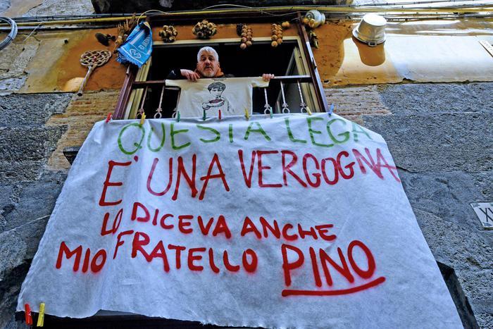 """Pino Daniele, a Napoli lo striscione del fratello Salvatore: """"Salvini non lo vogliamo Questa Lega è una vergogna"""" FOTO"""