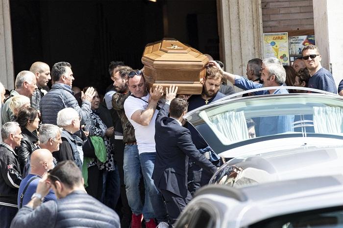"""Monterotondo, folla e applausi ai funerali di Lorenzo Sciacquatori. """"Sei un grande"""". Deborah assente 02"""