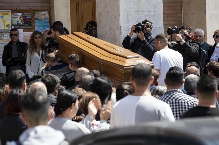 """Monterotondo, folla e applausi ai funerali di Lorenzo Sciacquatori. """"Sei un grande"""". Deborah assente 01"""