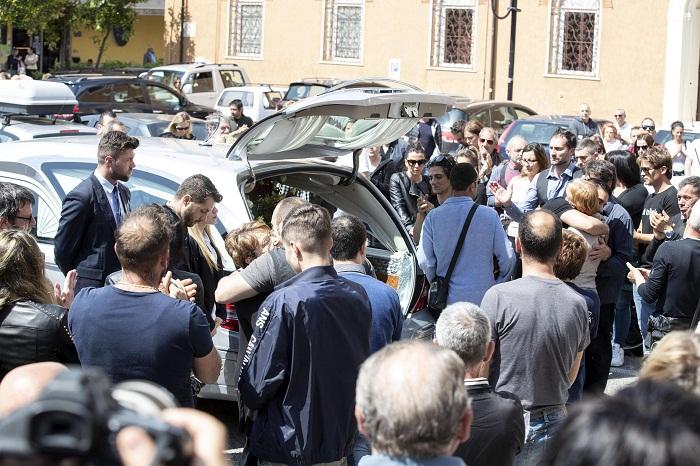 """Monterotondo, folla e applausi ai funerali di Lorenzo Sciacquatori. """"Sei un grande"""". Deborah assente 03"""