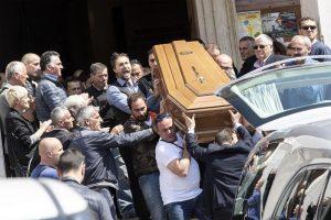 """Monterotondo, folla e applausi ai funerali di Lorenzo Sciacquatori. """"Sei un grande"""". Deborah assente 04"""