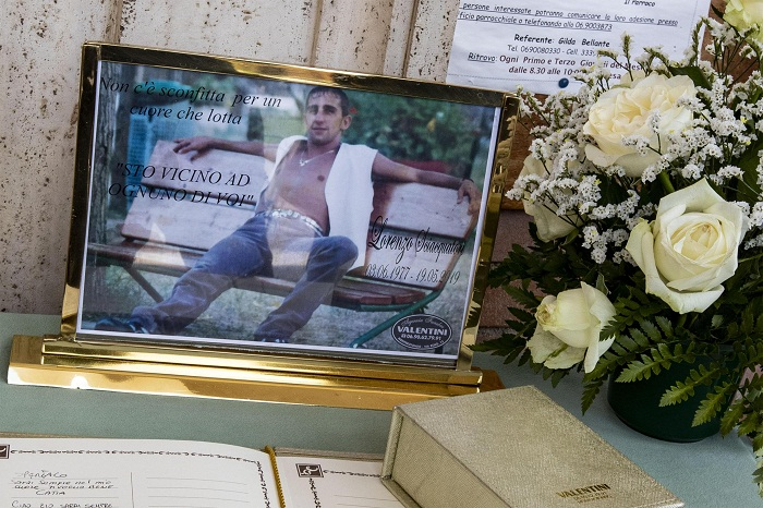 """Monterotondo, folla e applausi ai funerali di Lorenzo Sciacquatori. """"Sei un grande"""". Deborah assente 05"""