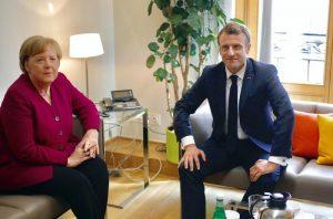 Ue, braccio di ferro tra Merkel e Macron per il dopo Juncker alla Commissione europea