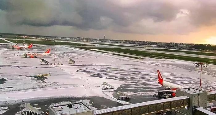 Maltempo Milano, nubifragio e grandine. Ghiacciata la pista di Malpensa: voli bloccati per un'ora FOTO-VIDEO 03