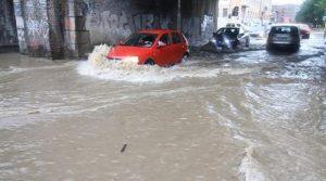 Bufera a Mantova: auto nel fiume. Treno contro albero caduto sui binari