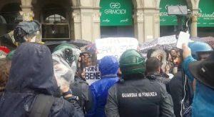 Salvini a Milano, i cartelli e i cori dei manifestanti anti-sovranisti in piazza Duomo VIDEO