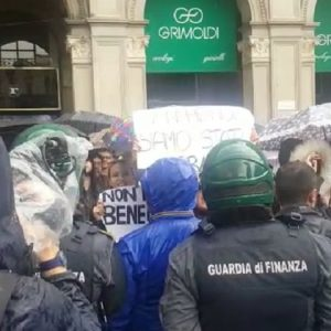 Salvini a Milano, i cartelli e i cori dei manifestanti anti-sovranisti in piazza Duomo VIDEO