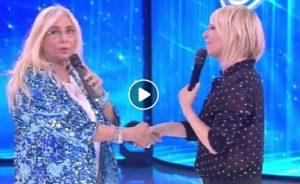 """Amici, Mara Venier e la gaffe con Maria De Filippi: """"Lo sentivo dietro ma non lo vedevo..."""""""