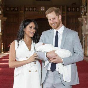 """Royal baby, Meghan Markle e Harry lo presenta in pubblico. Lei: """"Ho i due ragazzi migliori del mondo"""""""