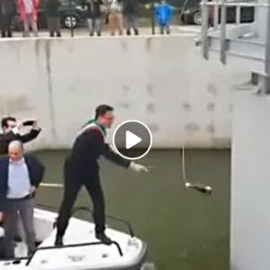 Michele Conti (sindaco di Pisa) come la Contessa Serbelloni Mazzanti Vien Dal Mar VIDEO