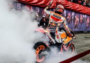Le Mans, Marc Marquez vola sul bagnato: è in pole. Valentino Rossi quinto