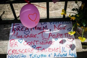 Noemi, lieve miglioramento ma resta sedata. Napoli unita nella solidarietà: messaggi, striscioni, rosari