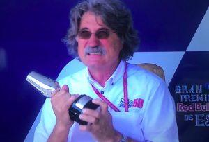 """""""Team Sic"""", doppietta storica a Jerez. Paolo Simoncelli bacia gigantografia del figlio Marco"""