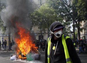 Parigi, primo maggio tra gilet gialli e black bloc: scontri e feriti