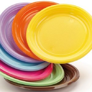 Consiglio Ue, stop definitivo alla plastica monouso: dal 2021 banditi piatti, posate e cannucce