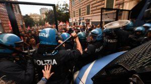 CasaPound in piazza, scontri a Genova tra polizia e manifestanti