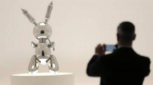 Jeff Koons, il suo coniglio battuto all'asta per 91,1 milioni. Record per un artista vivente