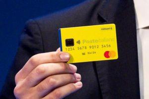 Reddito di cittadinanza: cosa non si può comprare con la card. Armi, pellicce, shopping online...