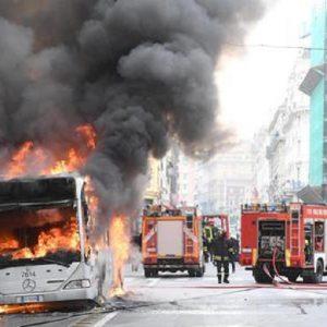 Roma, bus in fiamme in via Sistina. Nessun ferito. Chiusa la strada (foto d'archivio Ansa)