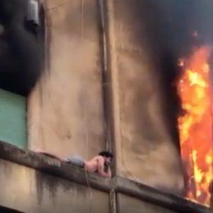 Roma, incendio in un appartamento al terzo piano: ragazzo si rifugia sul cornicione del palazzo