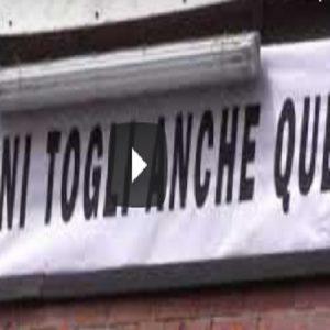 Milano, a piazza Duomo c'è Salvini: la protesta degli striscioni