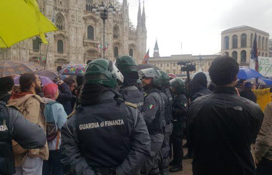 A separare il palco di Salvini dal corteo antifascista c'è un cordone della Polizia.