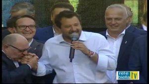 Salvini a Biella, il candidato Claudio Corradino si inginocchia e gli bacia la mano
