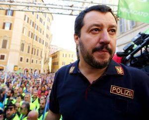 """Roberto Saviano: """"Con i rom agenti ridotti a servizio d'ordine di Salvini"""". La Polizia di Stato: """"Che pena"""""""