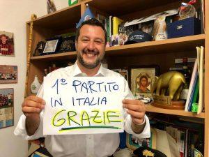 Salvini col crocifisso in tv e la statuetta di Alberto da Giussano dal balcone. Simbologia pop-sovranista