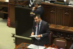 """Salvini al Pd che gli mostra cartelli: """"Mia figlia si diverte così"""". Carfagna: """"Ministro, non siamo a scuola"""""""