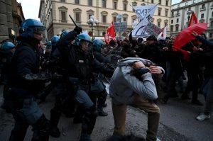 Firenze, manifestanti anti-Salvini sfondano cordone