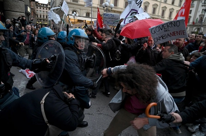 Firenze, manifestanti anti-Salvini sfondano cordone2