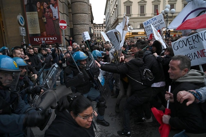 Firenze, manifestanti anti-Salvini sfondano cordone3