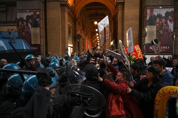 Firenze, manifestanti anti-Salvini sfondano cordone5