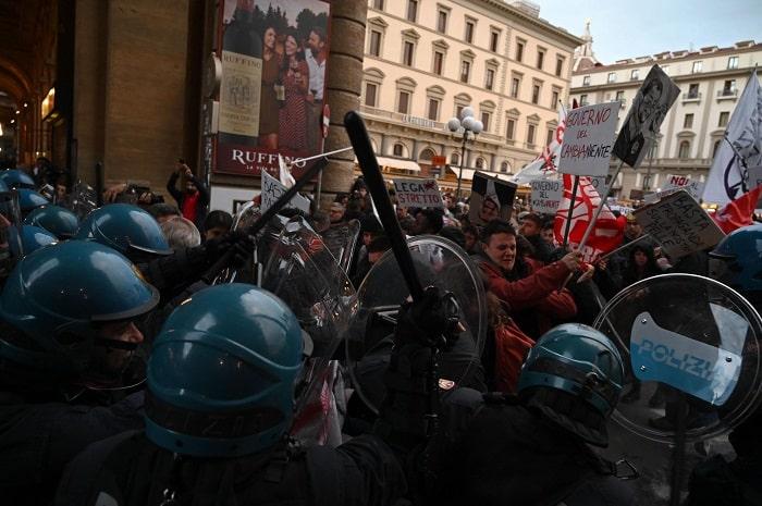 Firenze, manifestanti anti-Salvini sfondano cordone6