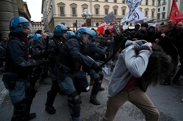 Firenze, manifestanti anti-Salvini sfondano cordone7