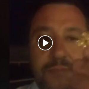 """Salvini bacia il crocifisso: """"Me lo ha regalato una signora, mi ha detto prego per te"""""""