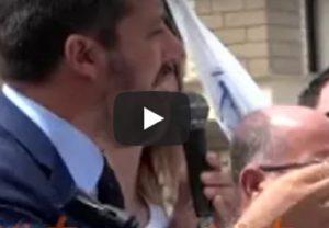 """Lecce, Salvini al comizio: """"No agli immigrati che staccano le dite a morsi ad un poliziotto, porti chiusi"""""""