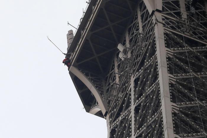 Parigi, scala a mani nude la Tour Eiffel e minaccia il suicidio: monumento evacuato 03