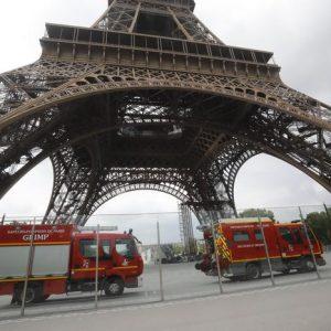 Parigi, scala a mani nude la Tour Eiffel e minaccia il suicidio: monumento evacuato 01