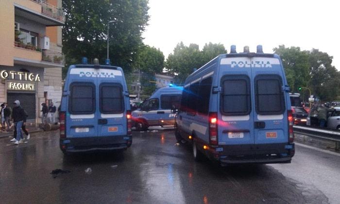Coppa Italia, scontri e disordini all'esterno dell'Olimpico: a fuoco auto dei vigili urbani 2