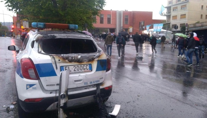 Coppa Italia, scontri e disordini all'esterno dell'Olimpico: a fuoco auto dei vigili urbani 3