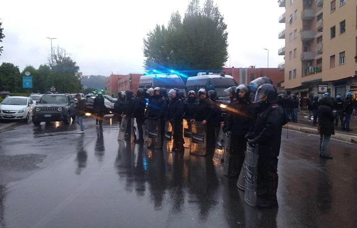 Coppa Italia, scontri e disordini all'esterno dell'Olimpico: a fuoco auto dei vigili urbani