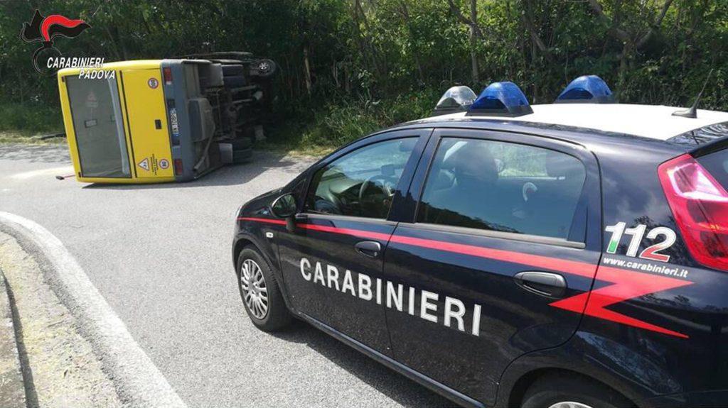 Padova, scuolabus si rovescia FOTO: feriti otto studenti. L'autista fugge, poi viene preso ed arrestato. Risulta positivo all'alcol2