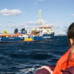 """Sea Watch, la nave a Lampedusa: """"Chiediamo a Salvini di togliere il divieto"""" (foto Ansa)"""