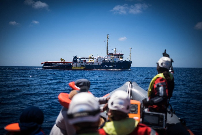 Sea Watch, Viminale autorizza lo sbarco a Lampedusa di sette bambini con i genitori 2
