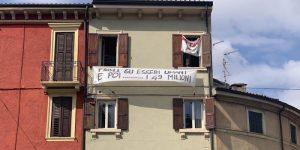 """Salvini a Verona, altro striscione: """"Prima gli essere umani e poi... i 49 milioni"""". Filmato ma non rimosso"""