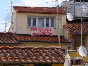 """Firenze, lo striscione per Salvini: """"Portala lunga la scala. Sono al quinto piano"""""""