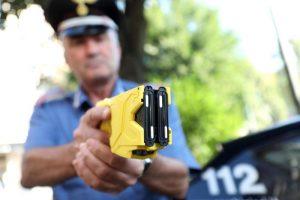 Taser, Milano dice no alla polizia locale e a Salvini: Sono pericolosi